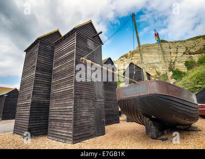 Alto y delgado de madera tradicionales chozas de redes de pesca en el puerto, en el Stade en Hastings, East Sussex Foto de stock