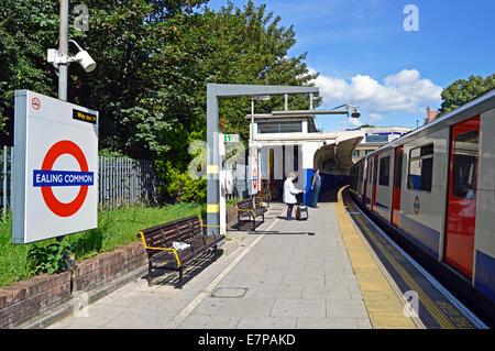 La estación de metro de Ealing Common, London Borough of Ealing, London, England, Reino Unido