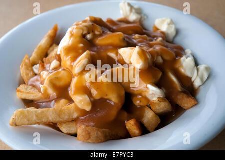 El famoso 'tradicionales' de poutine en Le Roy Jucep restaurante (el inventor del plato), en Drummondville, Quebec, Canadá.