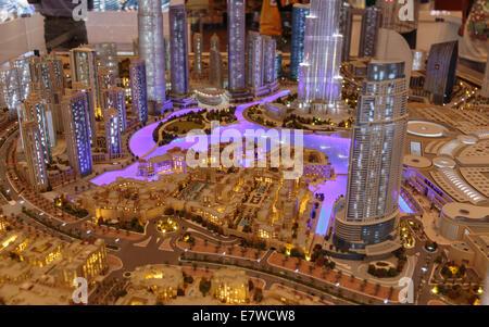 DUBAI, EMIRATOS ÁRABES UNIDOS - 31 de octubre de 2013: Presentación de la ciudad en luxuty Dubai Mall. En más de 12 millones de metros cuadrados, es la tienda más grande del mundo.