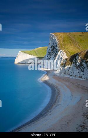 Amanecer sobre Swyre Head y los acantilados blancos de la Costa Jurásica cerca de Durdle Door, Dorset, Inglaterra, Reino Unido