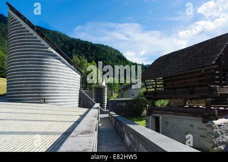 Suiza, Ticino, Mogno, vista a la iglesia de San Giovanni Battista