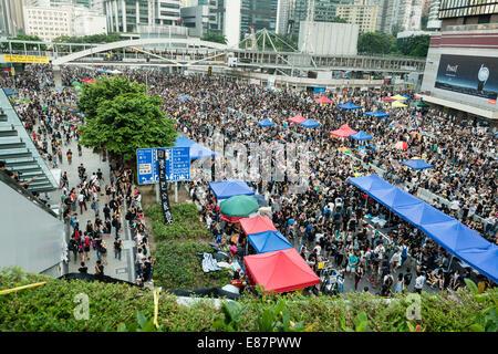Hong Kong, China. El 1 de octubre de 2014. Los estudiantes y otros partidarios del movimiento central ocupan congregando alrededor de la zona de oficinas del gobierno en Tamar. Todas las carreteras de la zona están bloqueadas por el tráfico y el transporte público. Crédito: Kees Metselaar/Alamy Live News