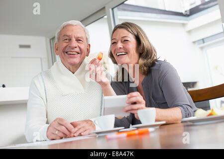 Feliz pareja en una mesa para comer appple