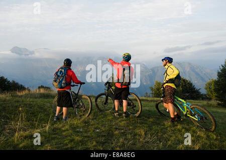 Tres ciclistas de montaña mirando a ver, Kolovrat, Istria, Eslovenia