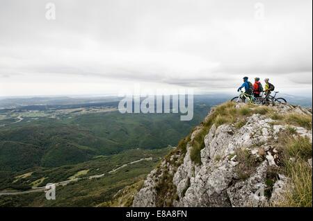 Tres ciclistas de montaña mirando a ver, valle de Vipava, Istria, Nanos, Eslovenia