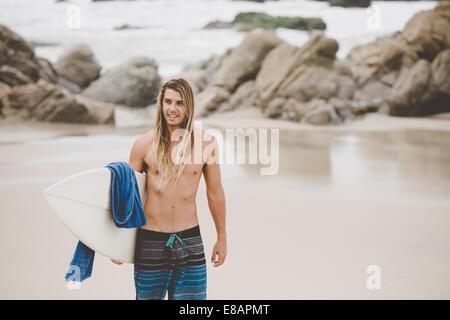 Surfista australiano con tablas de surf, Bacocho, Puerto Escondido, México