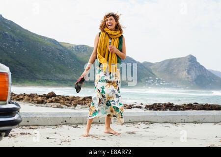 Mujer joven riendo en la playa, Ciudad del Cabo, Western Cape, Sudáfrica