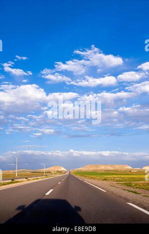 Vista en perspectiva vertical de una recta larga carretera en Marruecos.