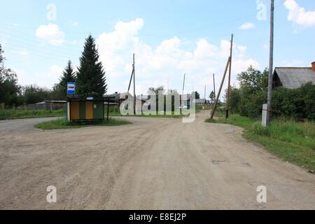 Hay una parada de autobús en la aldea de Serbishino en los montes Urales, cerca de Ekaterimburgo, la tercera ciudad más grande de Rusia, 2014. Foto de stock