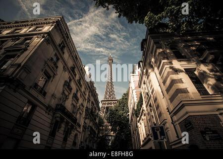 Francia, Paris, Torre Eiffel, visto desde la calle
