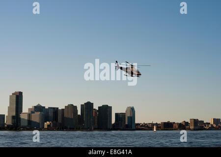 El Departamento de Policía de la ciudad de Nueva York en helicóptero de la unidad de Puerto sobre el río Hudson, en el puerto de Nueva York, Nueva York, EE.UU. Foto de stock