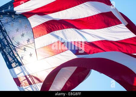 Bandera de los Estados Unidos volando desde un camión de bomberos escalera en Barnstable, Massachusetts, EE.UU.