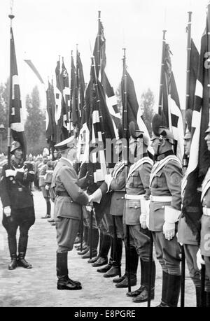 """Nuremberg Rally 1937 en Nuremberg, Alemania - Consagración de las banderas de la policía alemana por Adolf Hitler en Deutschherrnwiese en Nuremberg el 10 de septiembre de 1937. La propaganda original de texto! Los informes de noticias de los nazis en la parte posterior de la imagen: """"El Fuehrer consagra 23 nuevas banderas de la policía alemana sobre Deutschherrnwiese. Saludó a cada comandante, tocó la bandera con su mano, con lo cual la bandera fue planteado como consagrados. El portador de la bandera de sangre [Jakob Grimminger] sigue el Fuehrer.' (defectos en la calidad debido a la histórica imagen copiar) Foto: Berliner Verlag/Archive - SIN CABLE SERVICIO -"""