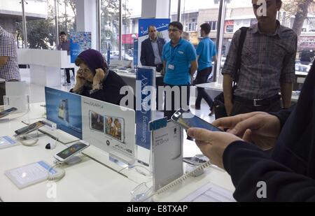 Teherán, Irán. 14 Oct, 2014. Octubre 14, 2014 - Teherán, Irán - Un cliente iraní intenta un smartphone Samsung Galaxy S5 de Samsung en una tienda en un ordenador multimedia y un centro comercial en el sur de Teherán. Morteza Nikoubazl/ZUMAPRESS © Morteza Nikoubazl/Zuma alambre/Alamy Live News