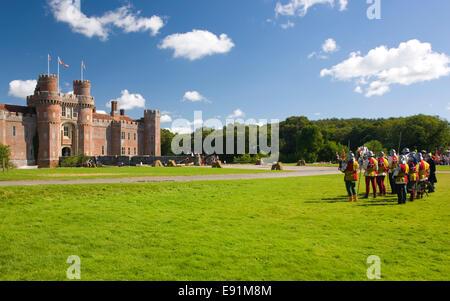 Herstmonceux, East Sussex, Inglaterra. Las murgas de combatientes re-promulgación de un castillo medieval en el castillo de Herstmonceux asedio. Foto de stock