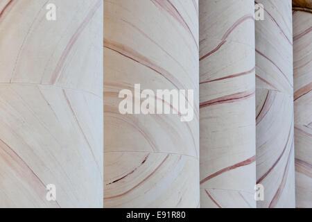 Patrones ornamentados en columnas en casa Curtis
