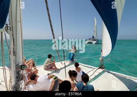 La gente navegando en el océano índico frente a las costas de Mauricio