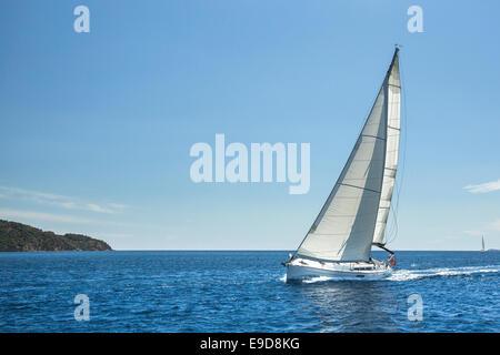 Navegando frente a las costas de Grecia en el Mar Egeo. Los yates de lujo.