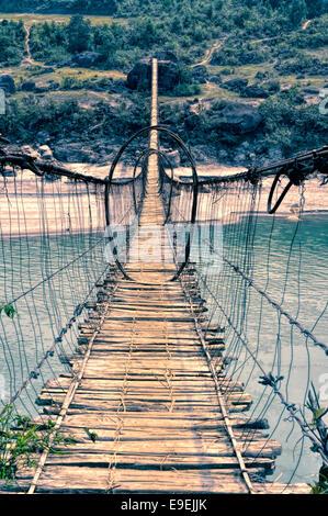 Miedo tembloroso footgbridge larga en la región de Arunachal Pradesh en la India