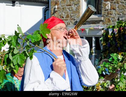 Los participantes en el Hal un remolque en las celebraciones del día de la Flora en Helston, Cornualles, en el REINO UNIDO