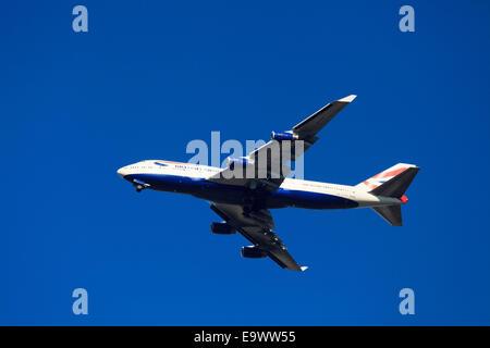 Boeing 747-436 de British Airways desde abajo contra el cielo azul con el tren de aterrizaje abajo