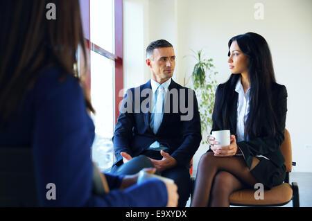 Gente de negocios reuniendo en Office