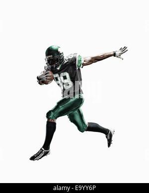 Foto de estudio de jugador de fútbol masculino ejecuta con bola