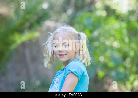 Retrato de chica buscando que fuera en el jardín