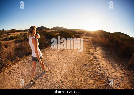 Emparejador de mujeres jóvenes en la ruta, beber, Poway, CA, EE.UU.