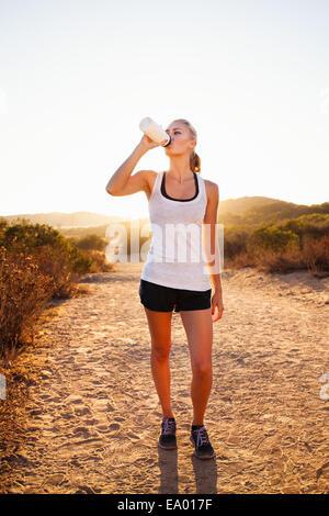 Emparejador femenino desde una botella de agua potable, Poway, CA, EE.UU.