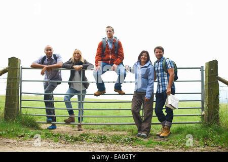 Amigos que estaban de pie en la puerta en campos