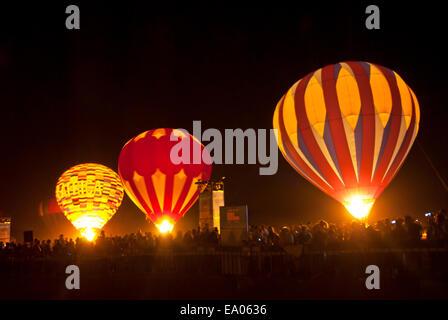 Los globos de aire caliente en la noche en el Arava, Israel Foto de stock