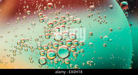 Aceite en el agua, fondo de colores abstractos Foto de stock