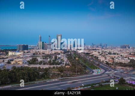 Vista de la ciudad de Abu Dhabi, Emiratos Árabes Unidos, Oriente Medio Foto de stock