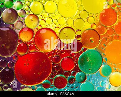 Burbujas de aceite en el agua Foto de stock