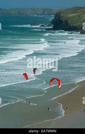Vista desde lo alto del acantilado de coloridos kite surf Watergate Bay cerca de Newquay Restormel North Cornwall Foto de stock
