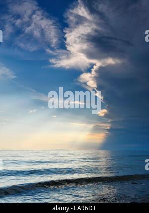 Nubes de tormenta sobre el océano. Foto de stock