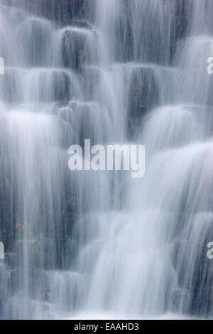 Close-up de caída en cascada de Foss Sneaton Forrest, cerca de Whitby en North Yorkshire Moors. Foto de stock