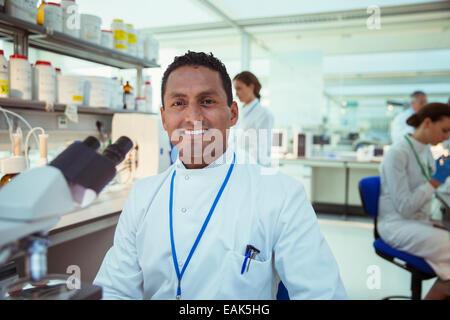 Scientist sonriendo en laboratorio
