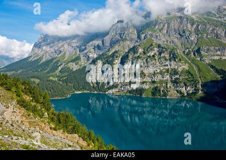 Oeschinen Lake en un sitio de Patrimonio Natural Mundial de la UNESCO de los Alpes Suizos, Kandersteg, en el Oberland Bernés, Cantón de Berna Foto de stock