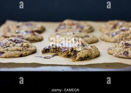 Pegajosos galletas con trocitos de chocolate con sal y pacanas, horneado