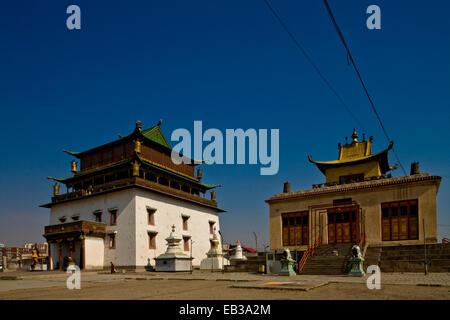 Mongolia, Ulan Bator, Gandan Khiid Monasterio, Templo Principal, vista de dos edificios contra el cielo claro