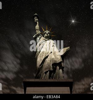 Ee.Uu., Estado de Nueva York, Nueva York, la Estatua de la libertad en la noche Foto de stock
