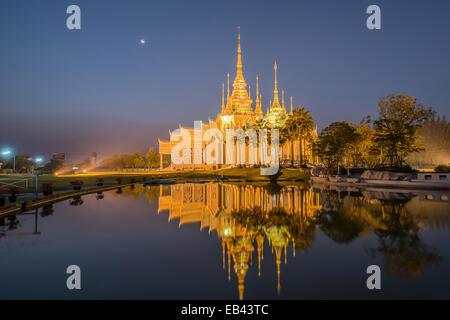 Hermoso templo con reflexión en Tailandia Foto de stock
