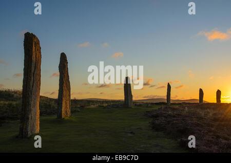 Anillo de Brodgar círculo de piedra neolítica Escocia Orkney al atardecer.