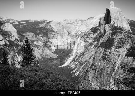 El icónico Half Dome, visto desde el punto de glaciares en el Parque Nacional Yosemite