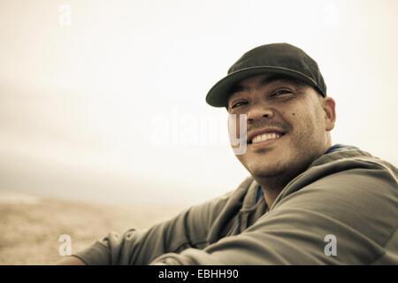 Retrato de un hombre adulto medio sonriente, sobre la playa, Truro, Cape Cod, Massachusetts, EE.UU.