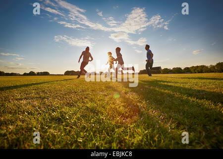 Familia fuera en el parque