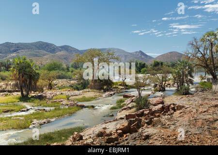 Vista de Epupa Falls y las montañas distantes, Namibia